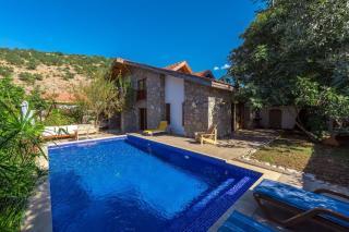 Villa Mandalina, muhafazakar aileler için havuzu korunaklı villa
