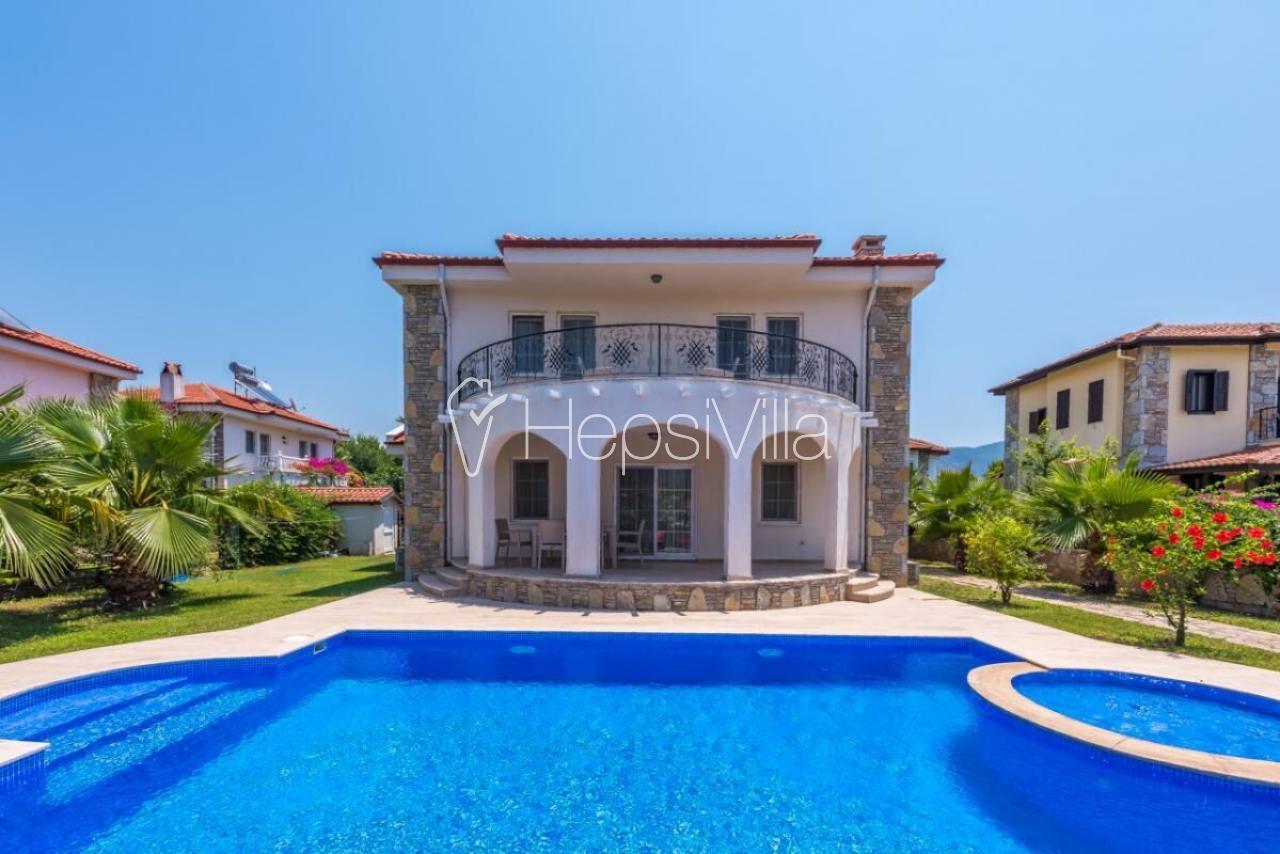 Dalyan merkeze yakın konumda 4 yatak odalı havuzlu kiralık villa - Hepsi Villa