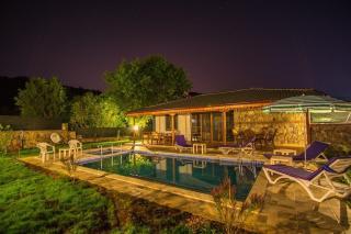 Villa Mine; Kayaköyde havuzu korunaklı islami tatil evi.