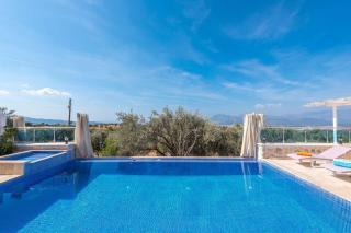 Villa Samyeli, çocuk yüzme havuzuna sahip balayı tatil villası.